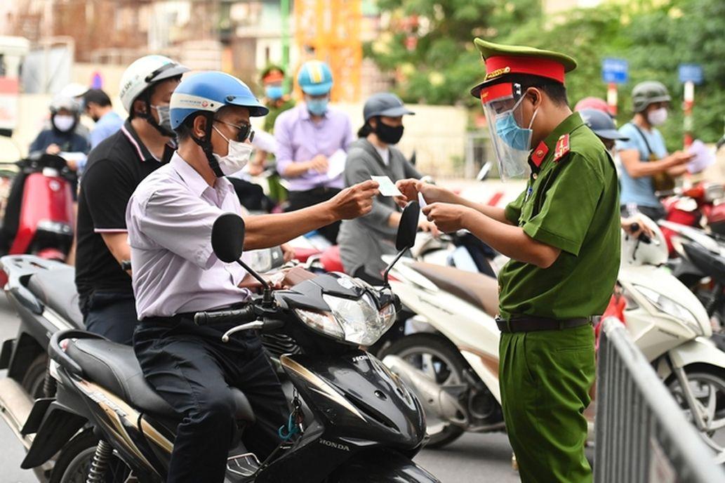 19 quận, huyện 'bình thường mới' ở Hà Nội có kiểm soát giấy đi đường?