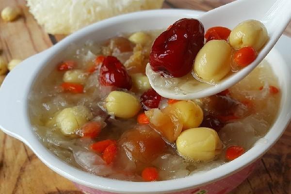 Cách nấu chè hạt sen táo đỏ tăng cường sức khỏe
