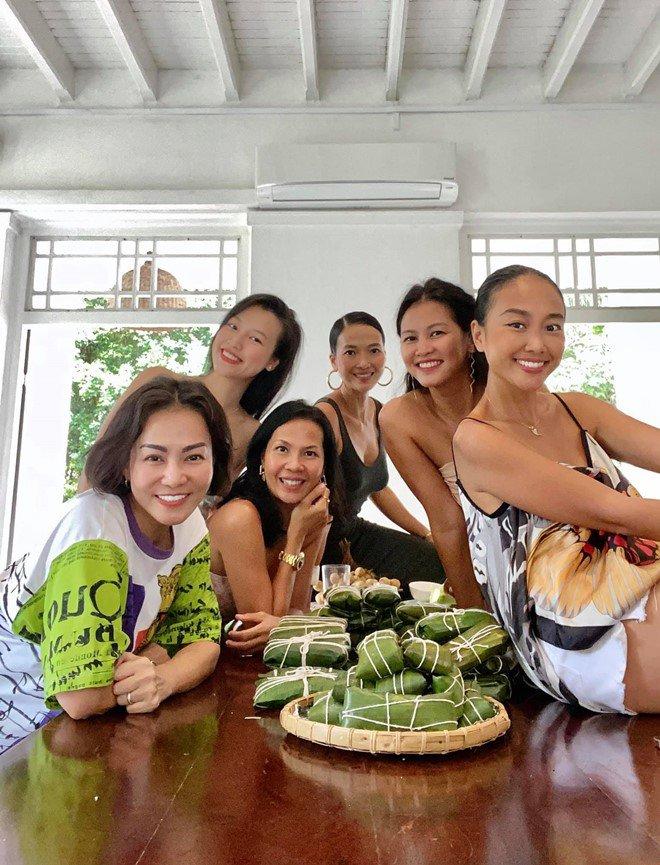 Cộng đồng mạng phấn khích với món bánh Tét chuối kiểu Thái của Thu Minh cùng hội chị em sao Việt tại Singapore