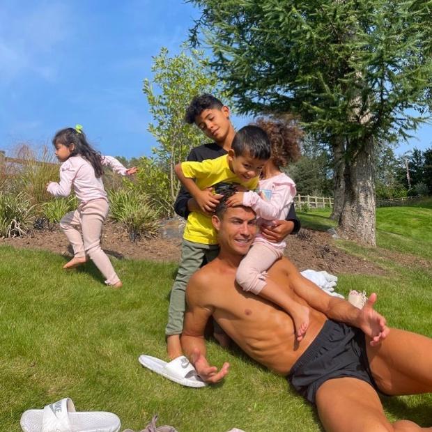 Cuộc sống mới của gia đình Ronaldo sau khi chuyển đến Manchester