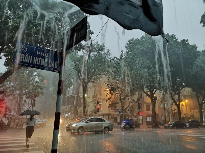 Dự báo thời tiết ngày 14/9: Hầu khắp các tỉnh mưa rào và dông. Cảnh báo sét và gió giật mạnh khu vực Hà Nội