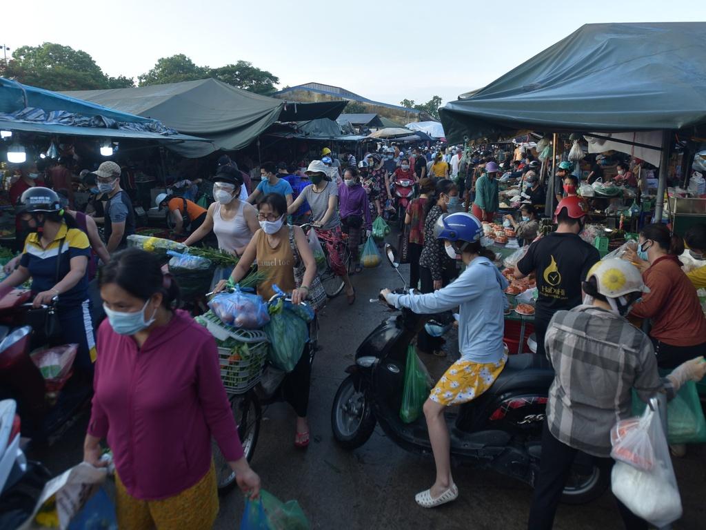 E dè siêu thị, người Hà Nội đổ ra chợ dân sinh, giá cả cũng tăng mạnh
