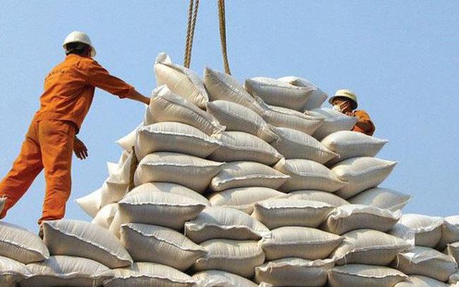 Giá gạo xuất khẩu của Việt Nam tăng mạnh, vượt gạo Thái Lan