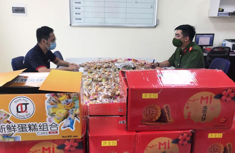 Hà Nội: Bắt giữ đối tượng thu gom 5000 bánh trung thu không rõ nguồn gốc ở biên giới