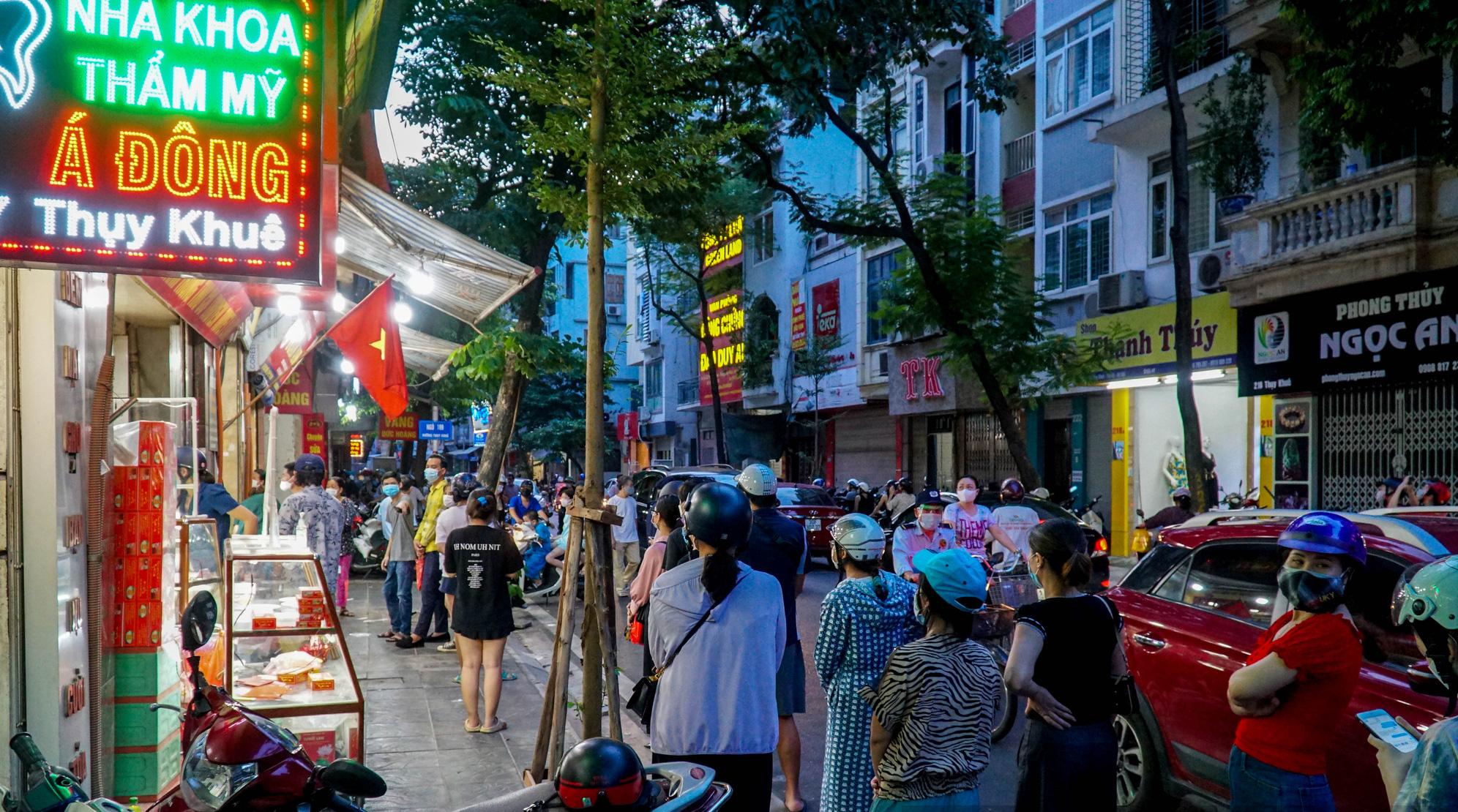 Hà Nội: Người dân xếp hàng dài mua bánh trung thu, giao thông ùn tắc