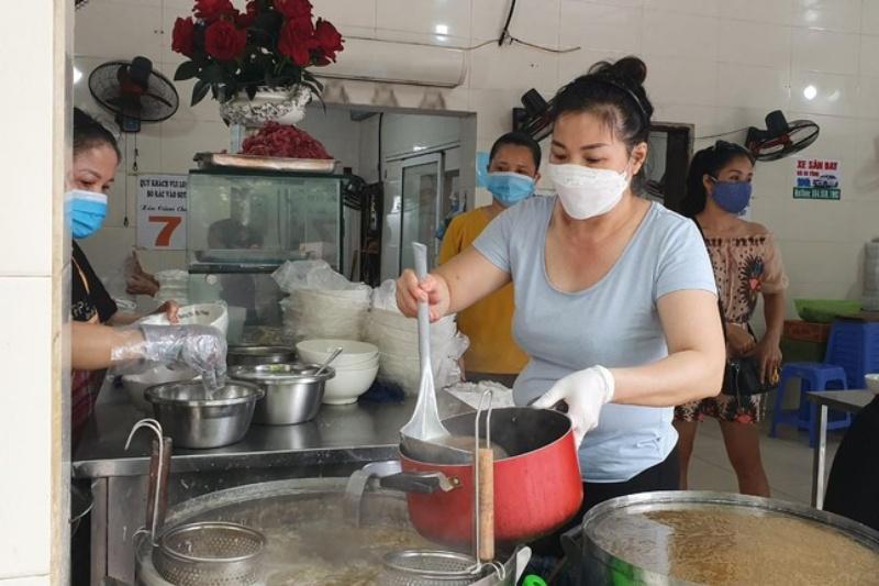 Hàng quán ở Hà Nội bán 1.000 bát phở mỗi ngày, có khách mang nồi đi mua
