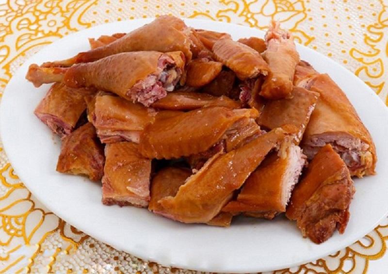 Hướng dẫn cách làm gà ủ muối xông khói nguyên con