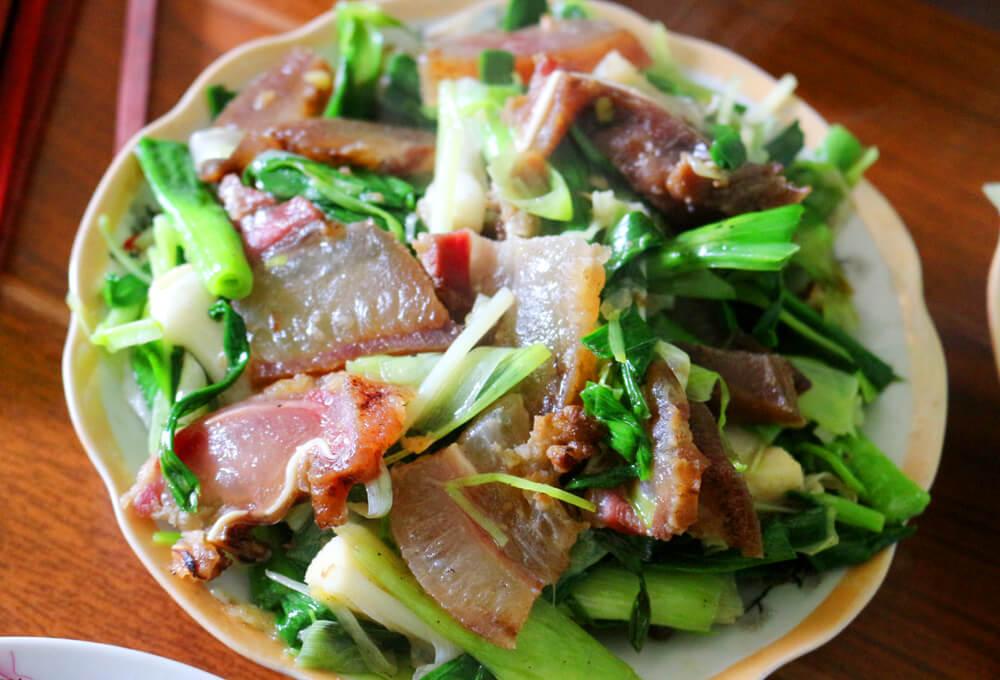 Hướng dẫn cách làm thịt lợn gác bếp xào tỏi đặc sản Tây Bắc