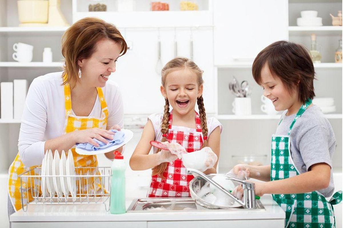 Hướng dẫn con làm việc nhà theo lứa tuổi, việc tưởng khó mà lại dễ