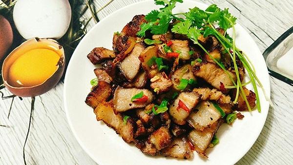 Hướng dẫn làm món thịt lợn xào tỏi đậm vị cho bữa cơm tối