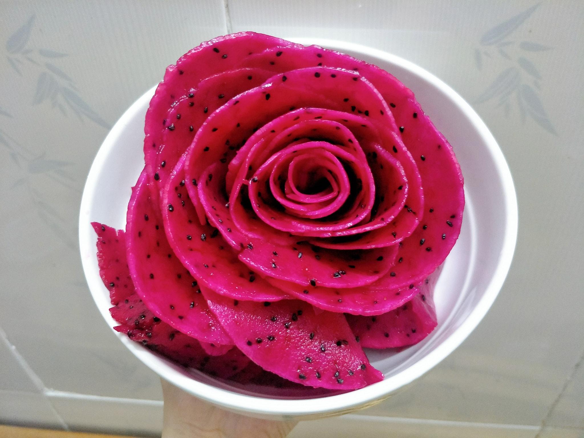 Mách bạn cách tỉa hoa quả thành hình hoa hồng xinh xắn, đơn giản, chị em nào cũng làm được