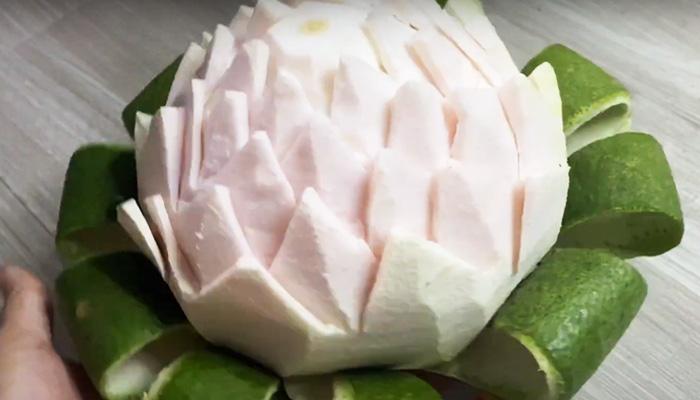 Mẹo bổ quả bưởi thành hình hoa sen, rất đơn giản mà lại đẹp mê hồn