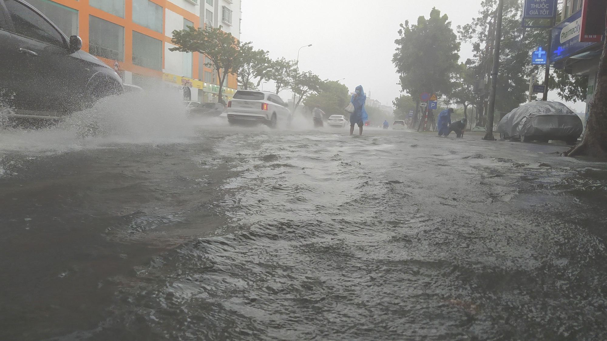 Mưa dông, gió giật mạnh, đường phố Đà Nẵng biến thành sông