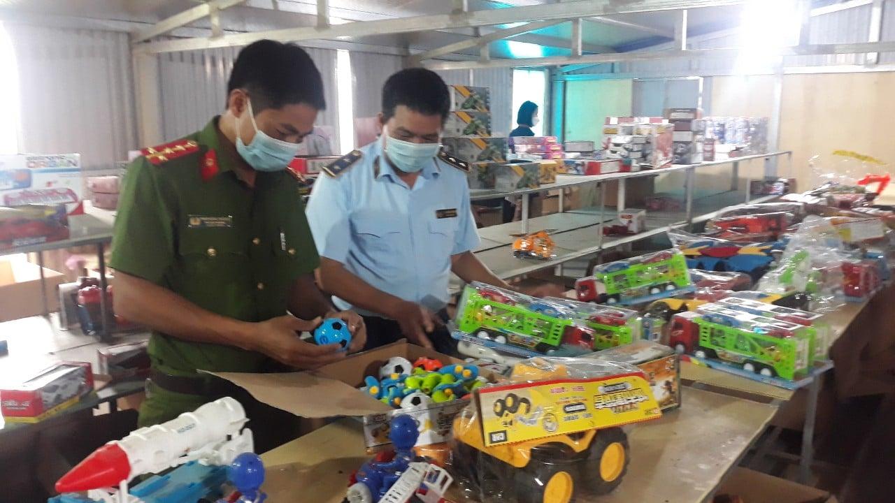 """Nam Định: Triệt phá kho đồ chơi, bánh Trung thu lậu """"khủng"""""""