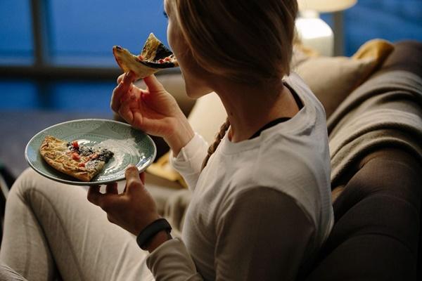 Nên hay không nên ăn những thức ăn khuya giúp tăng cân nào vào buổi tối?