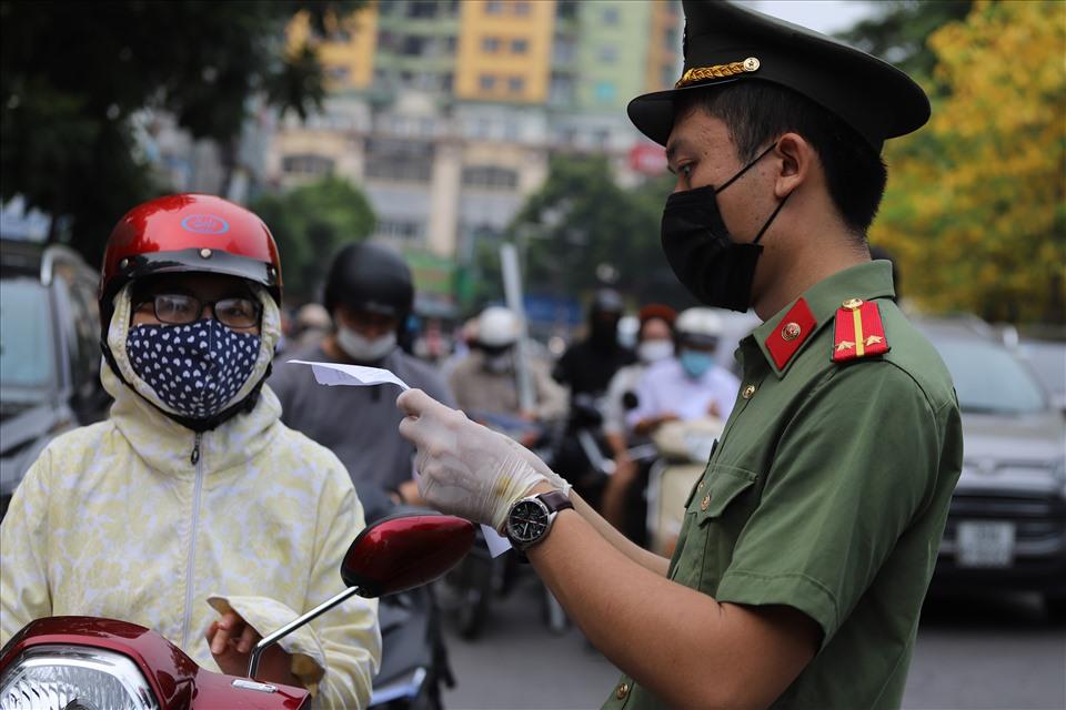 Ngày 10/8 khi ra đường ở Hà Nội, người dân cần mang theo giấy tờ gì?