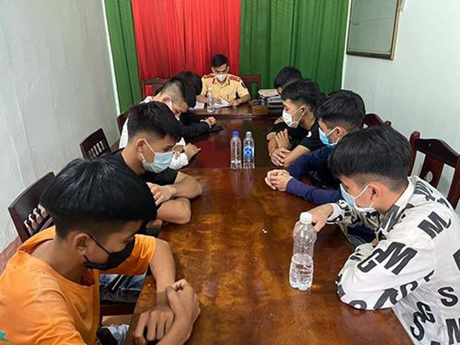Nghệ An: Tụ tập đua xe 'ăn mừng' hết giãn cách, 11 thanh niên bị phạt