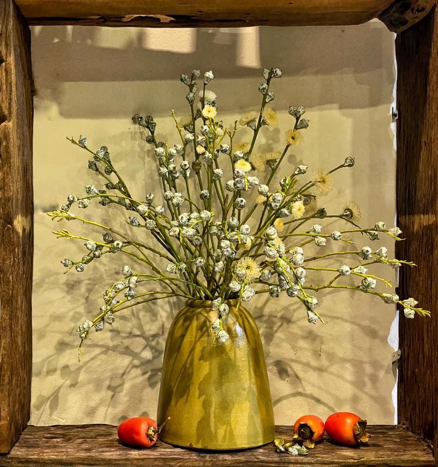 Nở rộ trào lưu cắm hoa bạch đàn, cành cherry chào tháng 10 rực rỡ