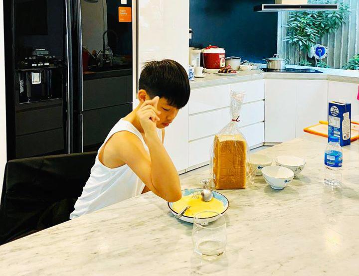 Quý tử Subeo nhà Hồ Ngọc Hà làm bánh: Thành quả được mẹ công nhận, cộng đồng mạng dành nhiều lời khen