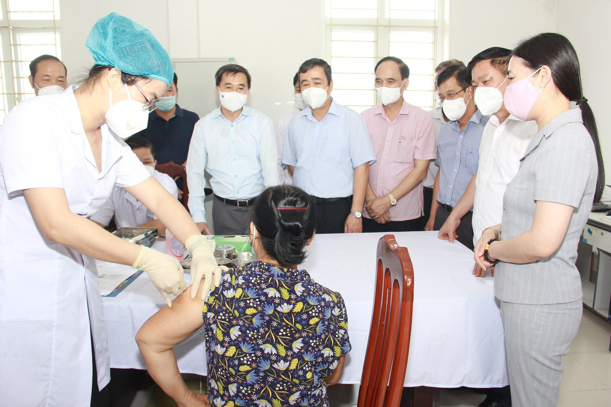 Thứ trưởng bộ Y tế kiểm tra công tác thử nghiệm lâm sàng giai đoạn 2 vắc xin COVIVAC