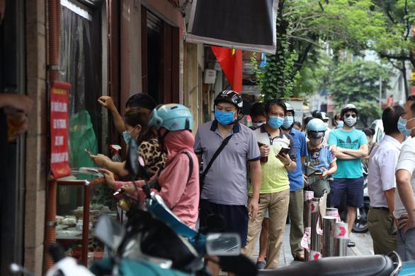 Tiệm bánh trung thu Bảo Phương nổi tiếng bị đóng cửa, vì khách xếp hàng dài