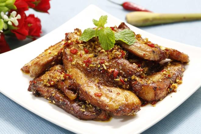 Thịt thăn lơn chiên sả ớt vô cùng hấp dẫn