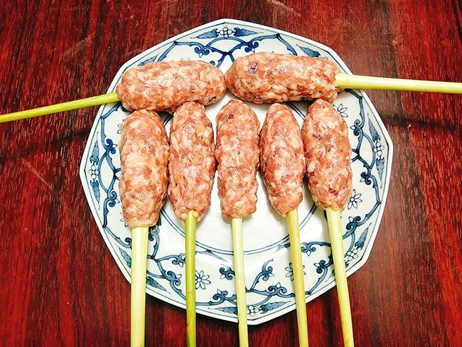 Sơ chế món thịt mông lợn bọc sả chiên giòn